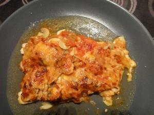 Filets de llenguado amb salsa de tomàquet, xampinyons, musclus i formatge ratllat